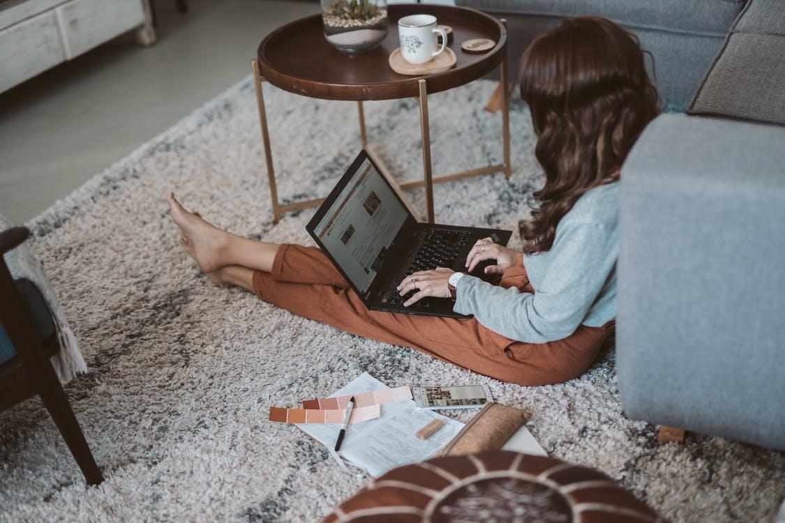 žena na zemi notebook