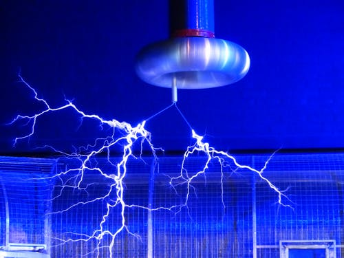 flash-tesla-coil-experiment-faradayscher-cage-68173