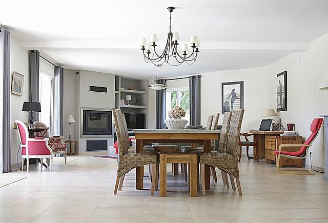 Obývací pokoj, židle, stůl, krb.