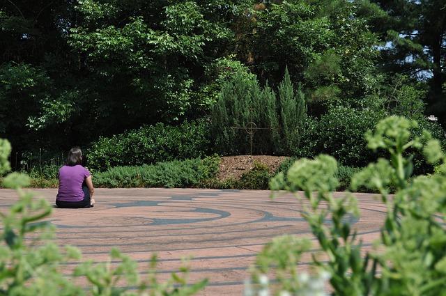 meditace v zahradním labyrintu