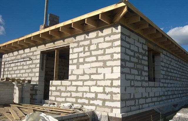 rozestavěný dům bez fasády