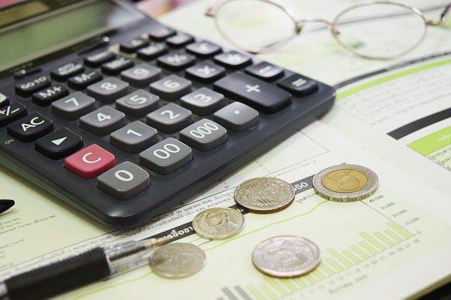 kalkulačka, mince a plány